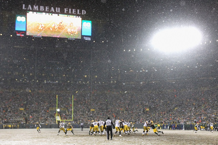 GREEN BAY, WI - DECEMBER 22: Ben Roethlisberger #7 of the Pittsburgh Steelers drops back to pass in the snow against the Green Bay Packers at Lambeau Field on December 22, 2013 in Green Bay, Wisconsin. The Steelers defeated the Packers 38-31.