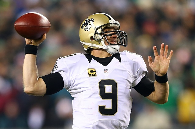 Drew Brees throws a pass