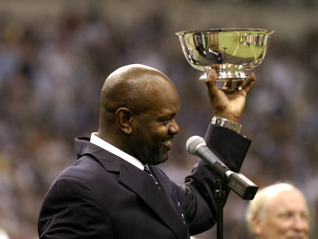 Former Dallas Cowboys running back Emmitt Smith salutes the crowd as he is inducted into the team's ring of fame.