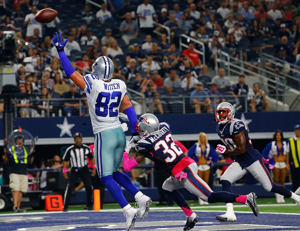 Jason Witten looks to make the grab.