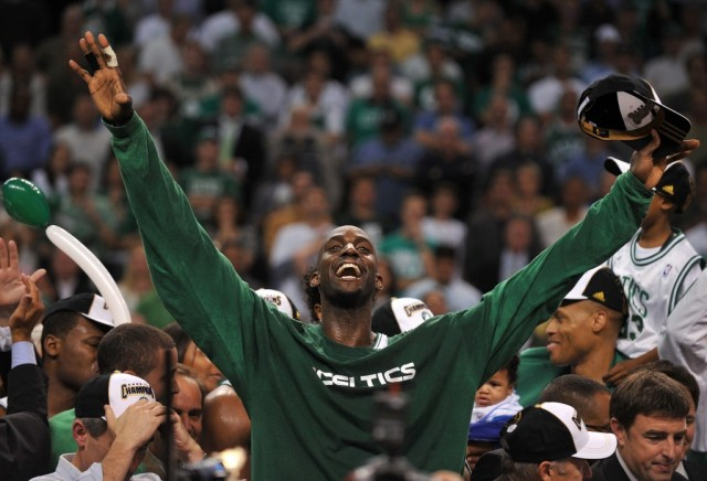 Kevin Garnett raises his hands in the air to celebrate.
