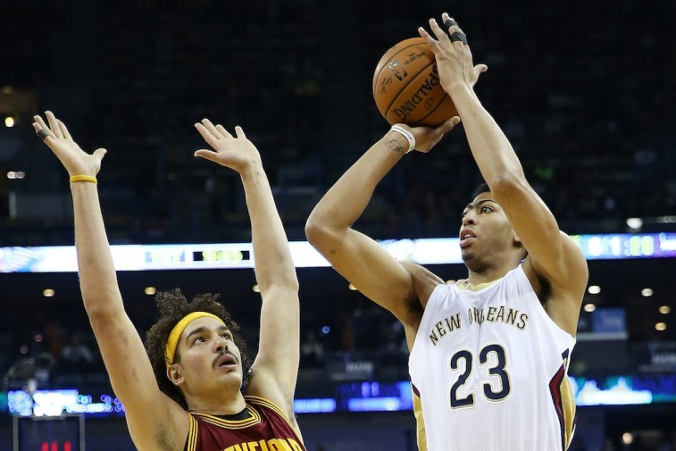 Anthony Davis (R) shoots over Anderson Varejao