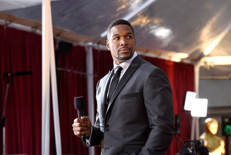 Michael Strahan holds the mic at the 2015 Academy Awards.