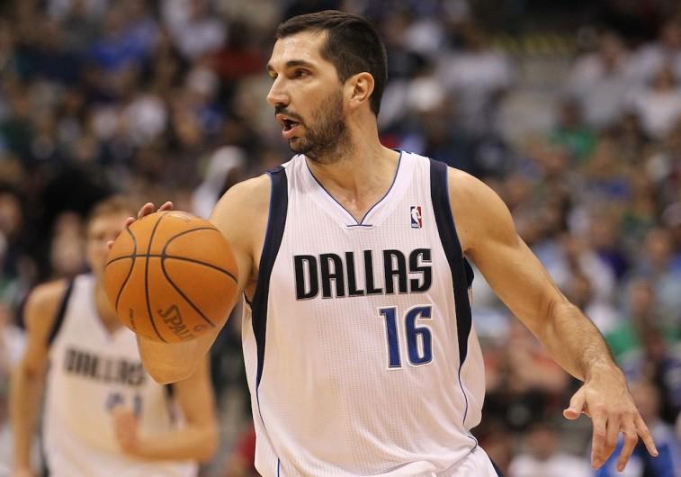 Peja Stojakovich dribbles toward the basket.