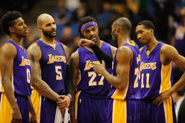 Kobe Bryant instructs teammates
