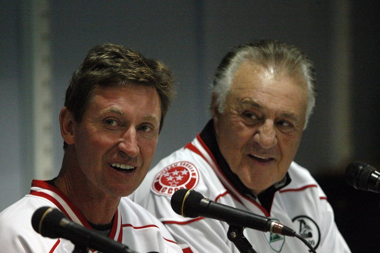 Canada's Wayne Gretzky (L) and Phil Esposito smile during a press conference before a Legends Jubilee Games 2012 hockey match between teams Legend of Canada and Legend of USSR in St. Petersburg, Russia, on September 5, 2012. AFP PHOTO / OLGA MALTSEVA