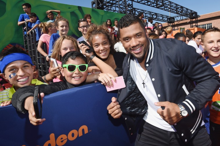 Russell Wilson takes pictures with kids before the Nickelodeon's Kid's Choice Awards