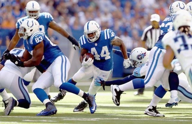 Ahmad Bradshaw runs against the Titans