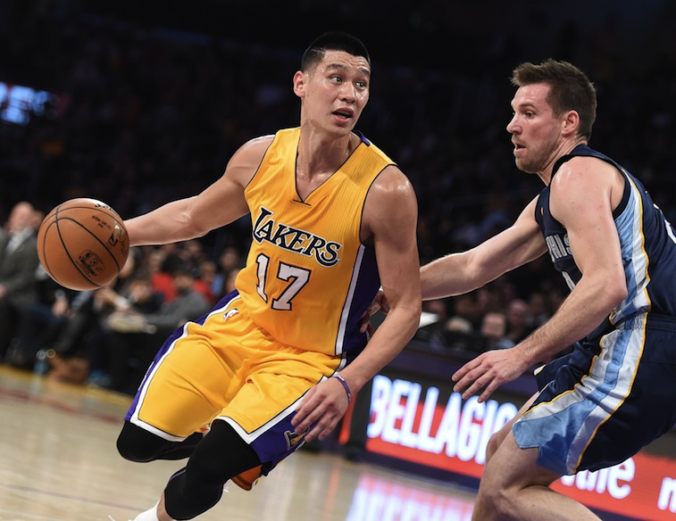 Jeremy Lin drives to the hole