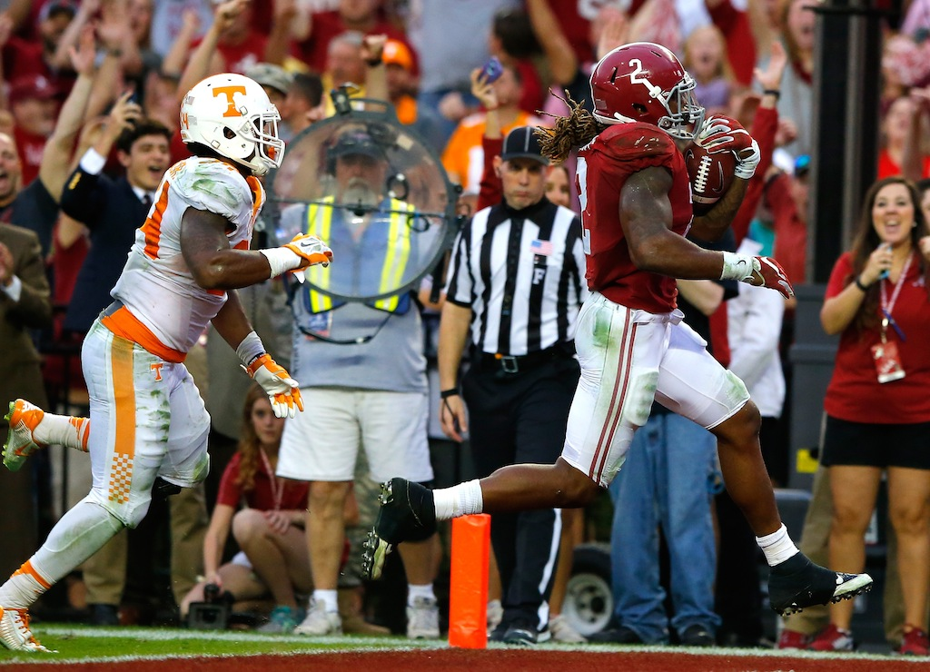 Derrick Henry runs for a touchdown against Tennessee