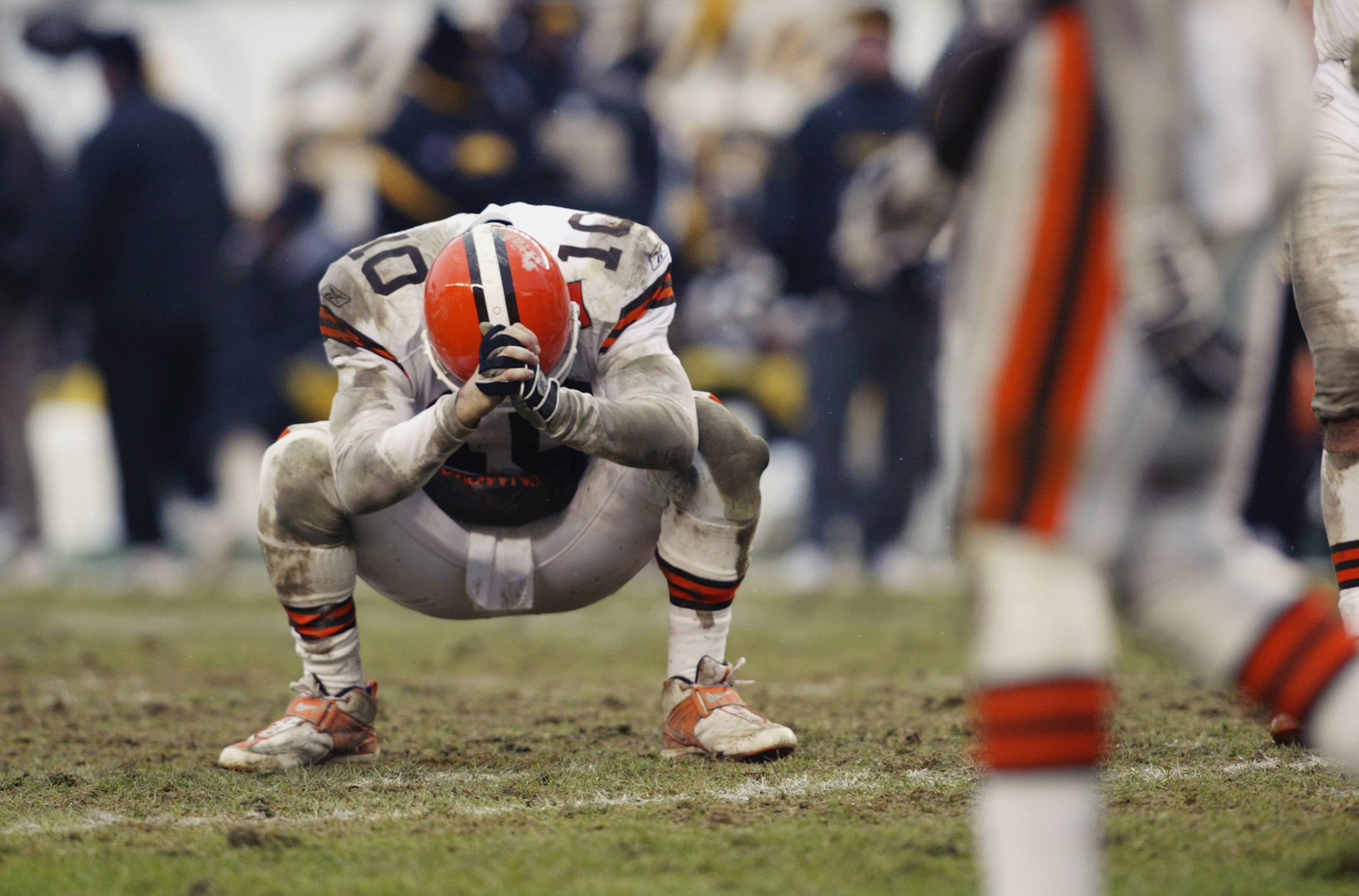 Kelly Holcomb of the Cleveland Browns looks down in frustration.