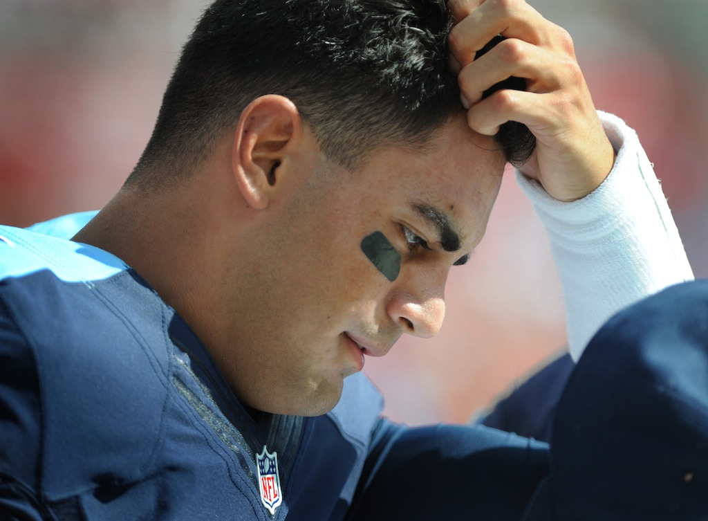 Marcus Mariota talks to teammates during Tampa Bay game