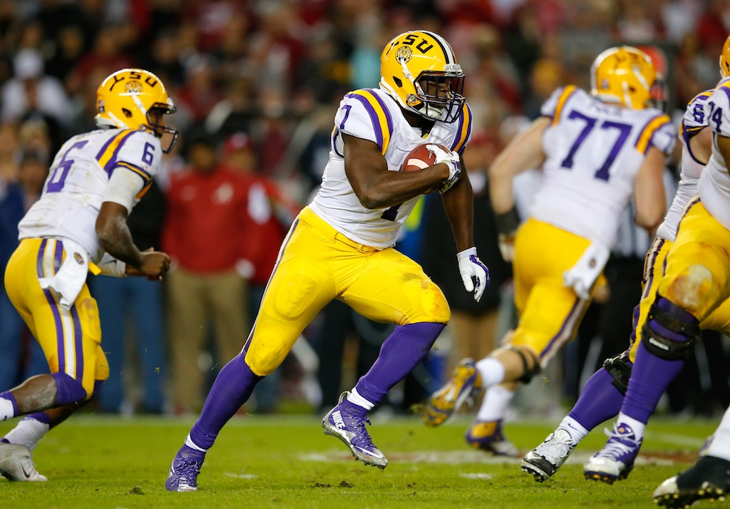 Leonard Fournette runs the ball against Alabama