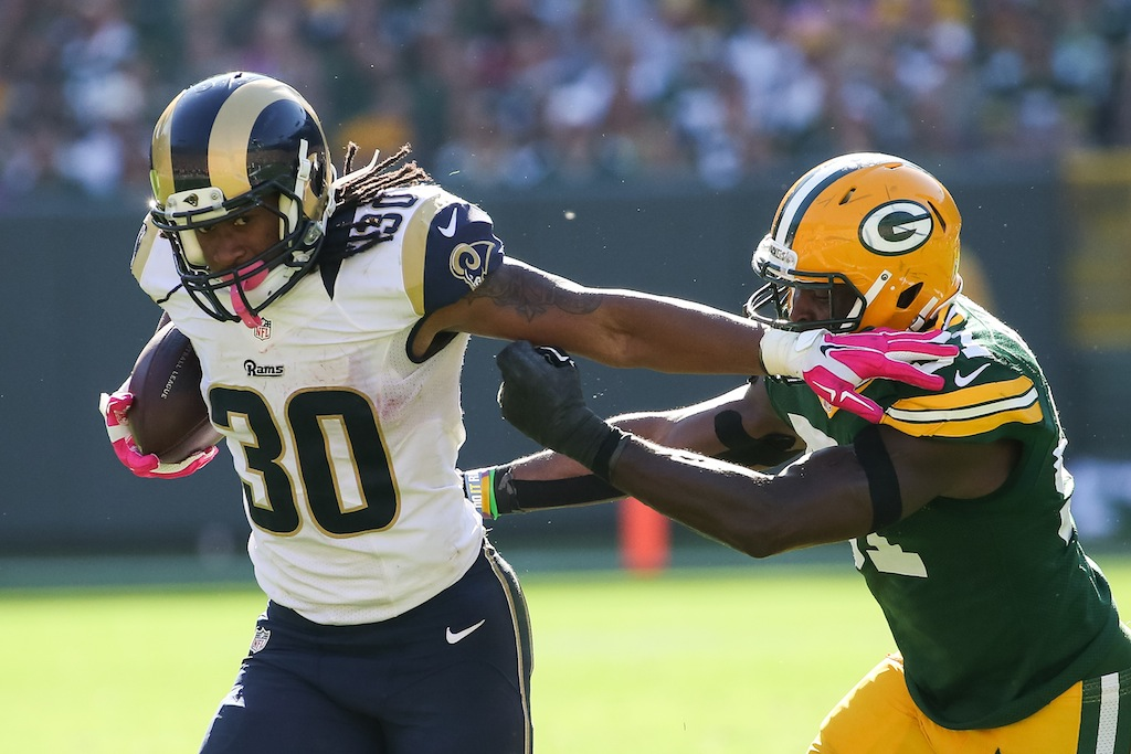 Todd Gurley #30 runs against the Green Bay Packers