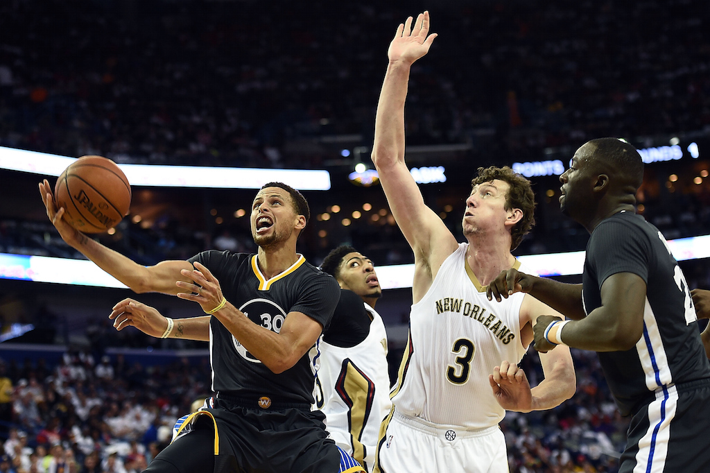 Stephen Curry drives to the basket against the Pelicans