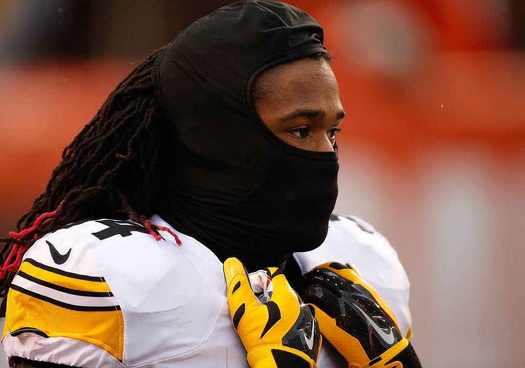 CLEVELAND, OH - JANUARY 3:  DeAngelo Williams #34 of the Pittsburgh Steelers warms up prior to the game against the Cleveland Browns at FirstEnergy Stadium on January 3, 2016 in Cleveland, Ohio.