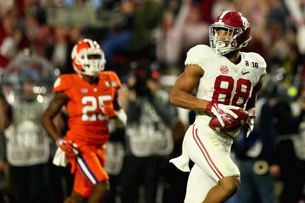O.J. Howard #88 scores a touchdown for Alabama