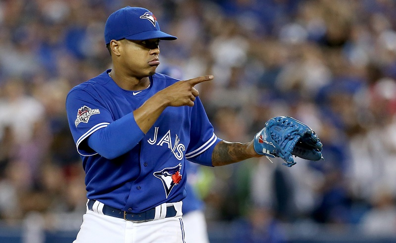 Marcus Stroman points at his catcher before pitching.