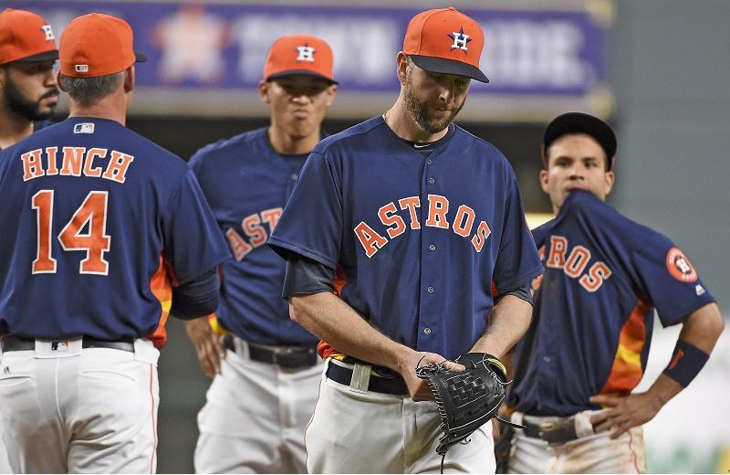 Astros manager A.J. Hinch pulls Scott Feldman