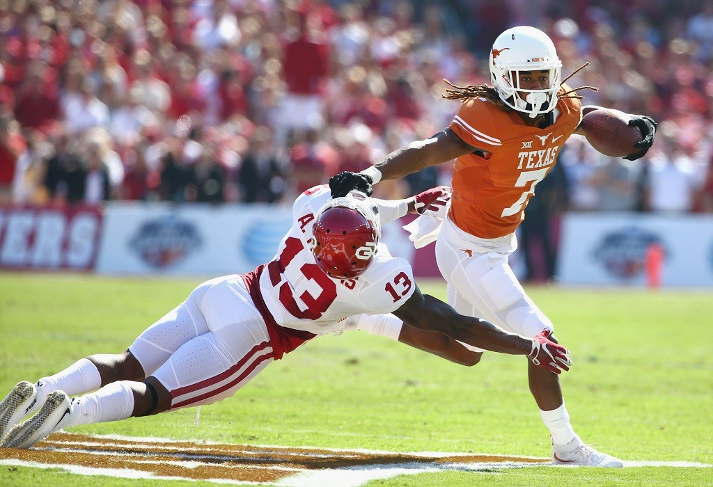 DALLAS, TX - OCTOBER 10: Marcus Johnson #7 of the Texas Longhorns scores a touchdown against Ahmad Thomas #13 of the Oklahoma Sooners in the first quarter during the AT&T Red River Showdown at the Cotton Bowl on October 10, 2015 in Dallas, Texas. (Photo by Tom Pennington/Getty Images)