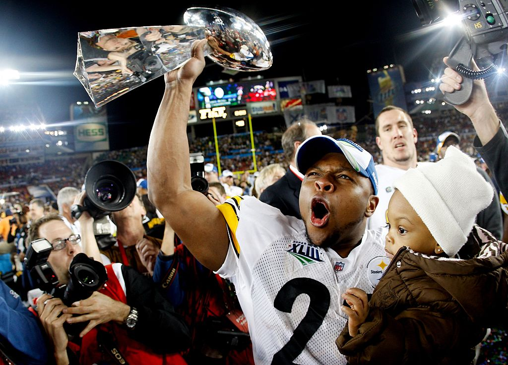 Mewelde Moore #21 of the Pittsburgh Steelers celebrates holds up the Vince Lombardi trophy as he celebrates with his daughter Jalyn Chantelle after their 27-23 win against the Arizona Cardinals during Super Bowl XLIII on February 1, 2009 at Raymond James Stadium in Tampa, Florida.
