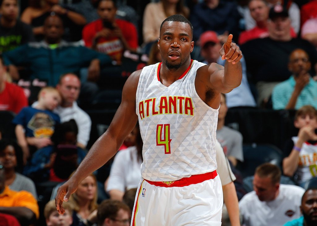 Paul Millsap points at his teammates.