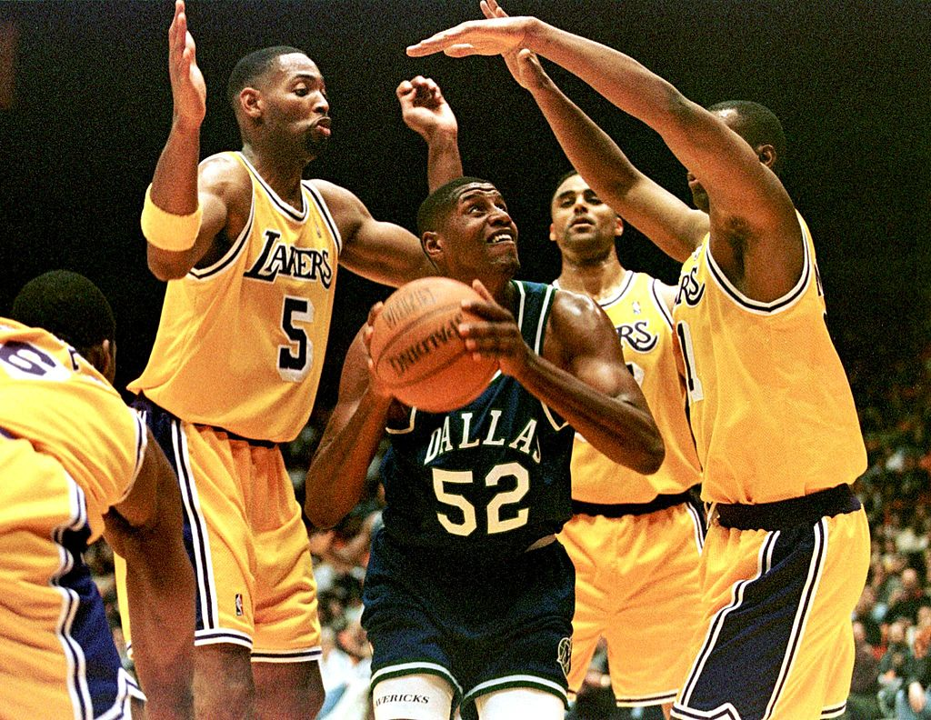 Dallas Mavericks player Samaki Walker (C) is surrounded by Los Angeles Lakers during a game