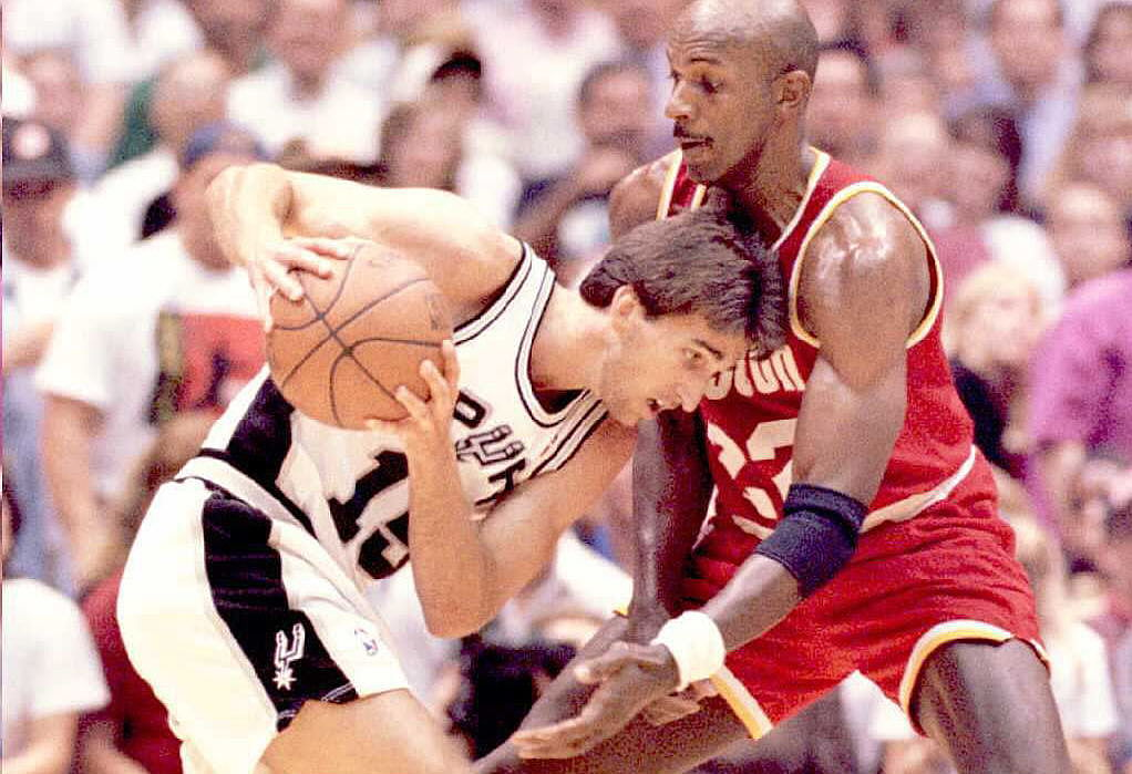 San Antonio Spurs Vinny Del Negro (L) gets trapped by the Houston Rockets Clyde Drexler