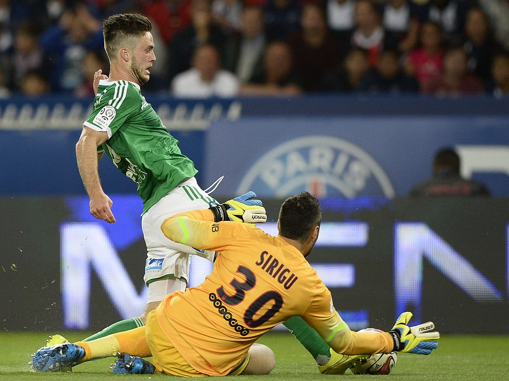 Paris Saint-Germain's Italian goalkeeper Salvatore Sirigu (R) vies with Saint-Etienne's Ricky von Wolfswinkel
