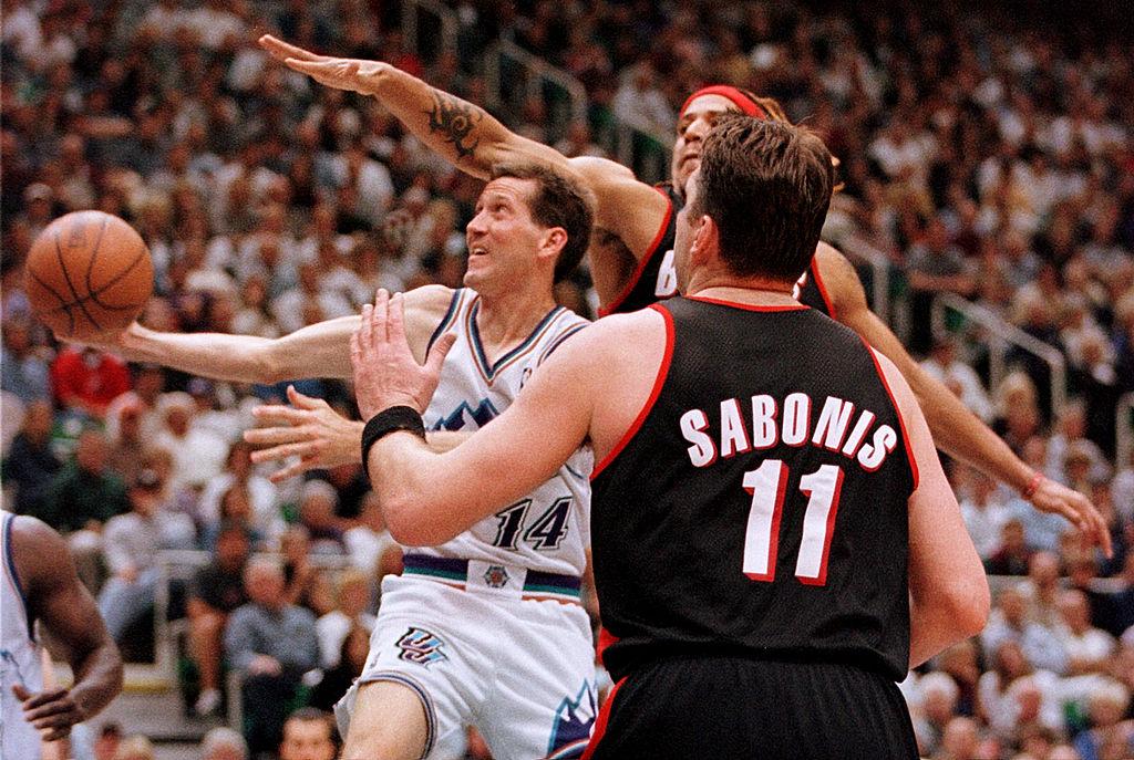Jeff Hornacek (C) of the Utah Jazz puts a shot between Arvydas Sabonis and Brian Grant