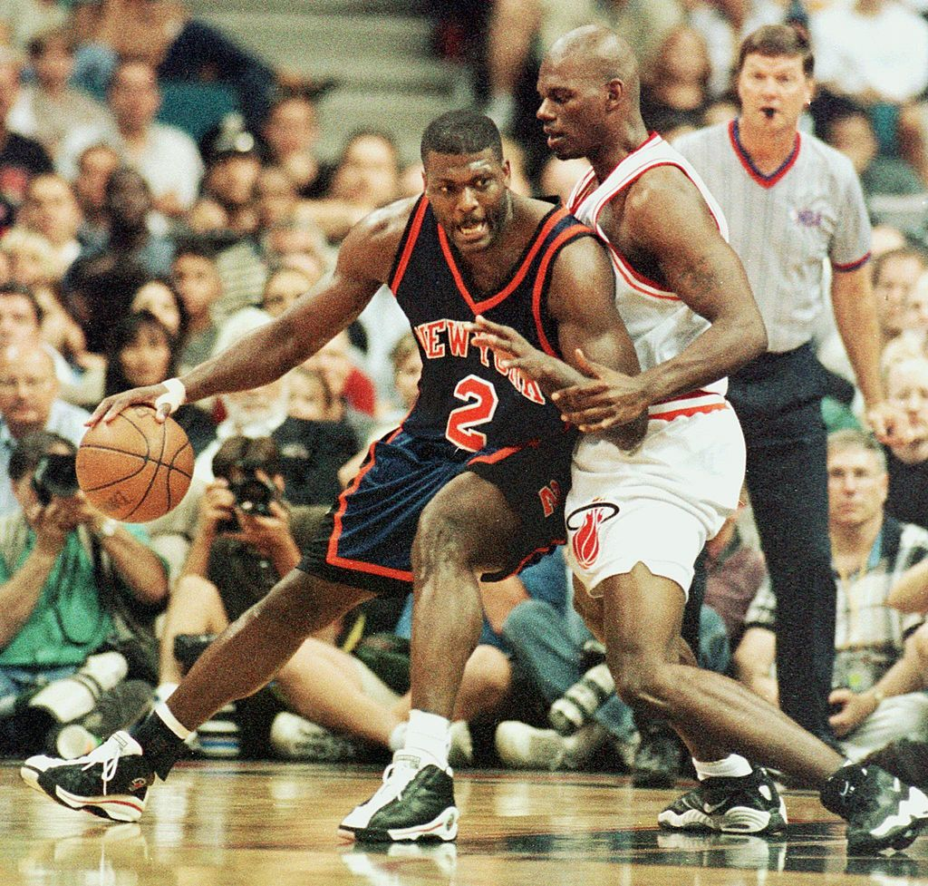 Larry Johnson (L) of the New York Knicks drives the ball past an opponent