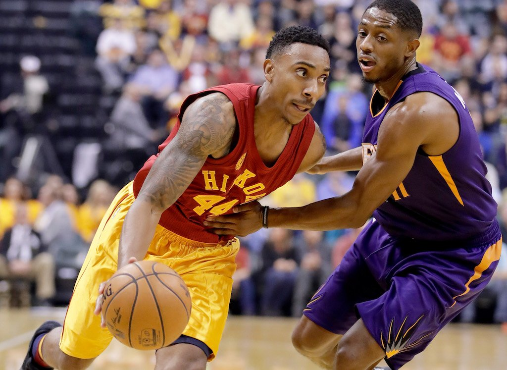 Jeff Teague makes his way around the defender | Andy Lyons/Getty Images