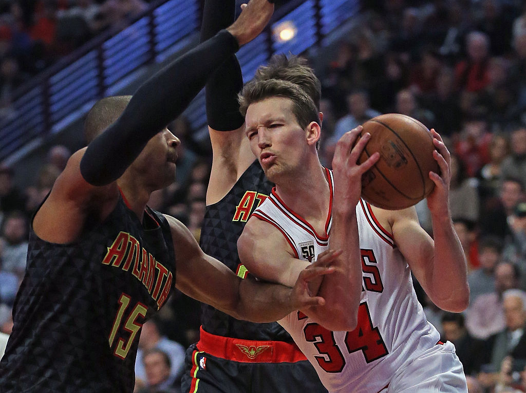 Mike Dunleavy of the Chicago Bulls drives against Al Horford of the Atlanta Hawks.
