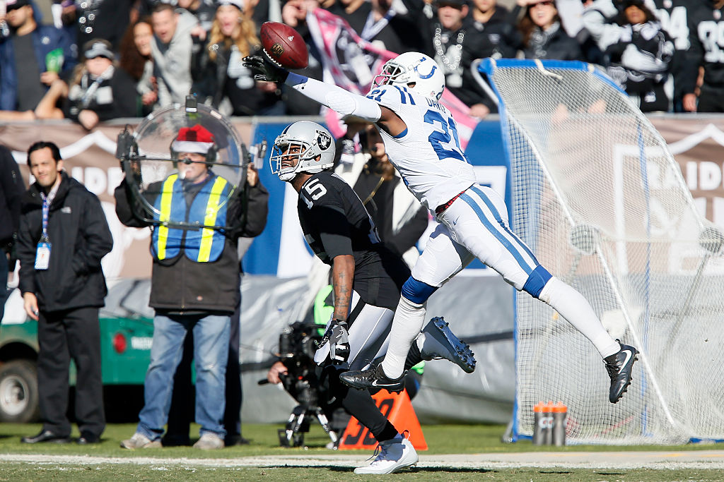 Vontae Davis defends a pass intended for an Oakland Raiders receiver | Brian Bahr/Getty Images