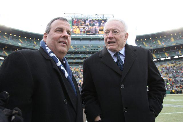 New Jersey Governor Chris Christie and Dallas Cowboys owner Jerry Jones talk prior to the 2015 NFC Divisional Playoff game.