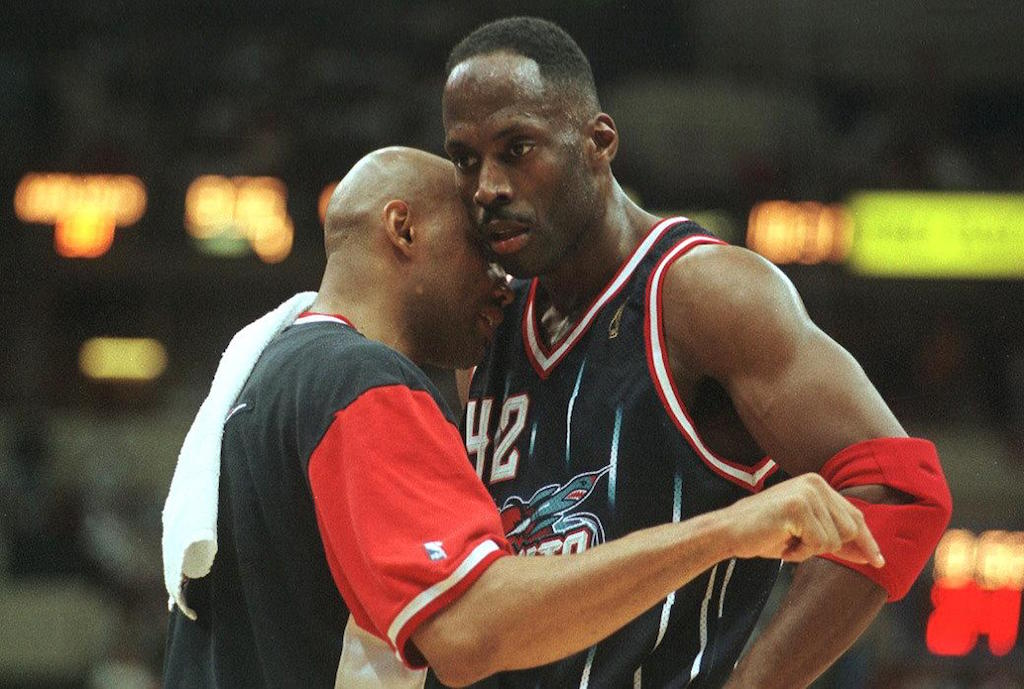 Kevin Willis (R) chats with Charles Barkley.