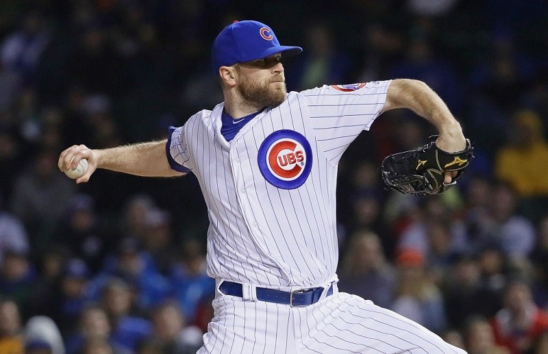 Wade Davis pitches at Wrigley Field in 2017.