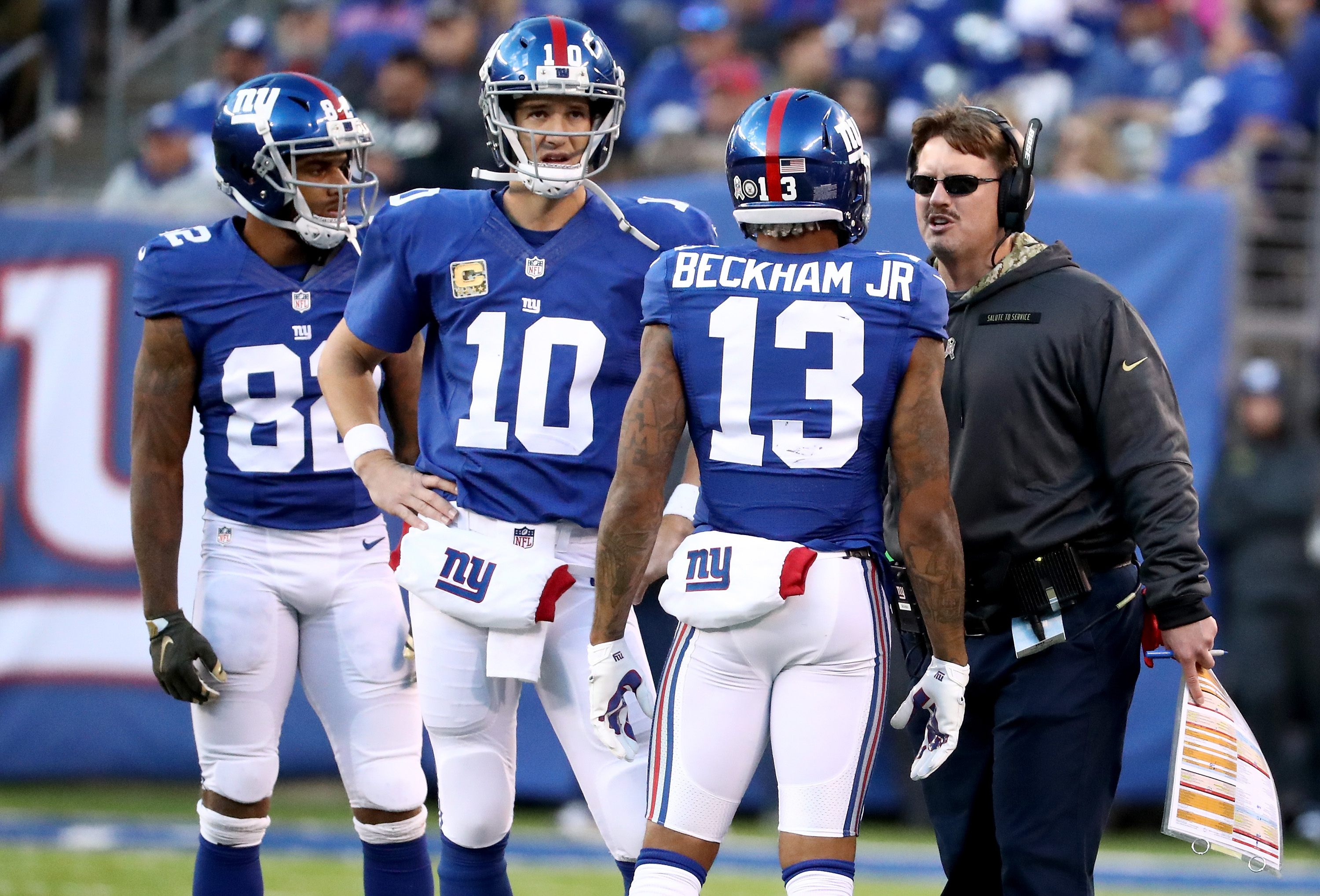The New York Giants huddle during a timeout in 2015.
