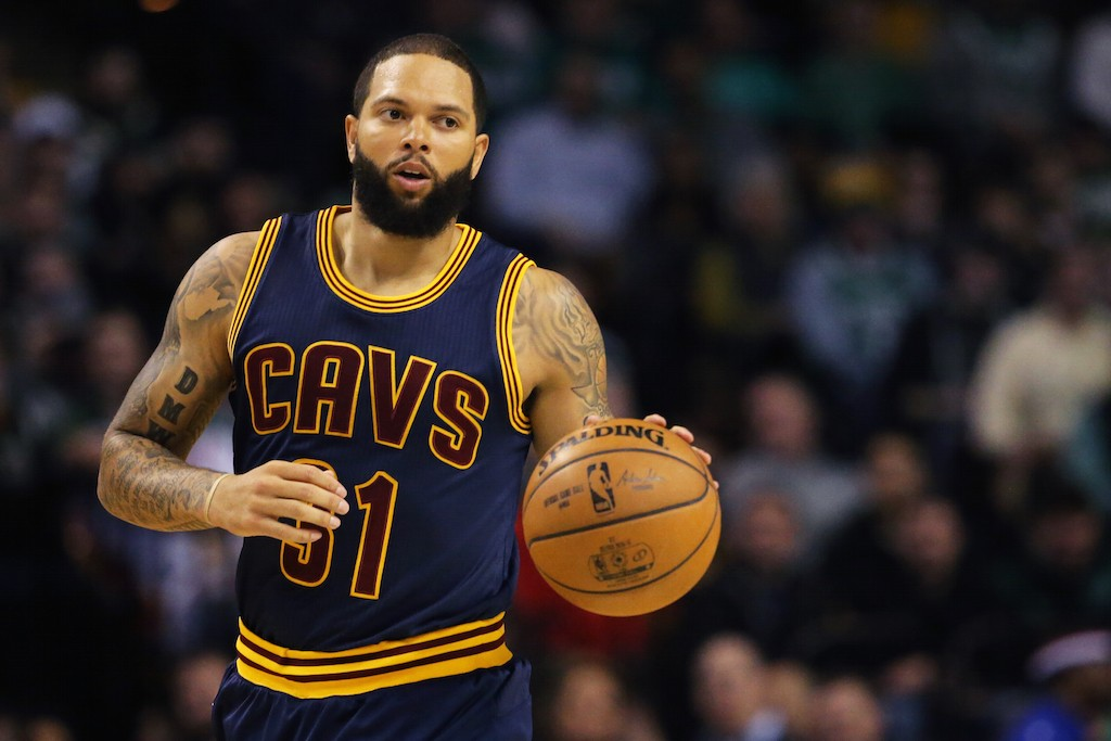Deron Williams brings up the ball.