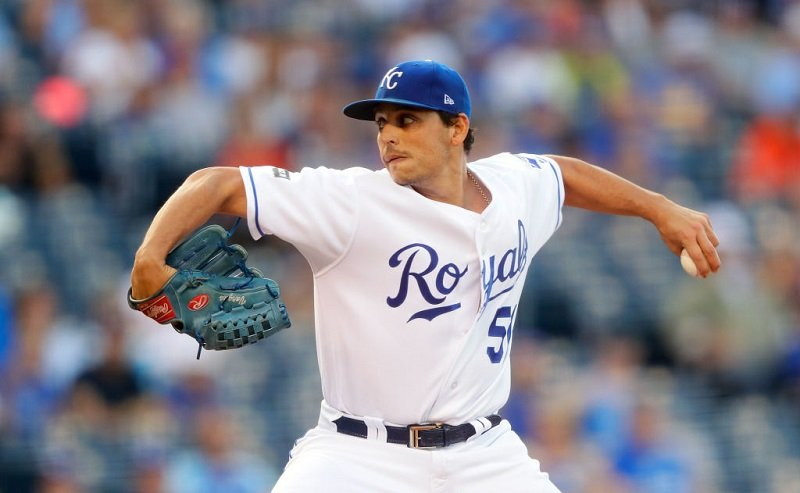 Jason Vargas throws.