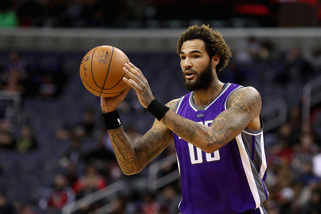 Willie Cauley-Stein passes to his teammate.