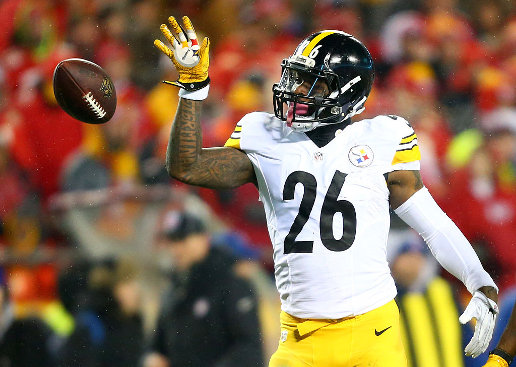 Running back Le'Veon Bell #26 of the Pittsburgh Steelers tosses the ball forward.