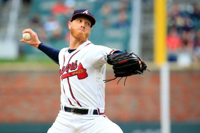 Mike Foltynewicz #26 of the Atlanta Braves pitches