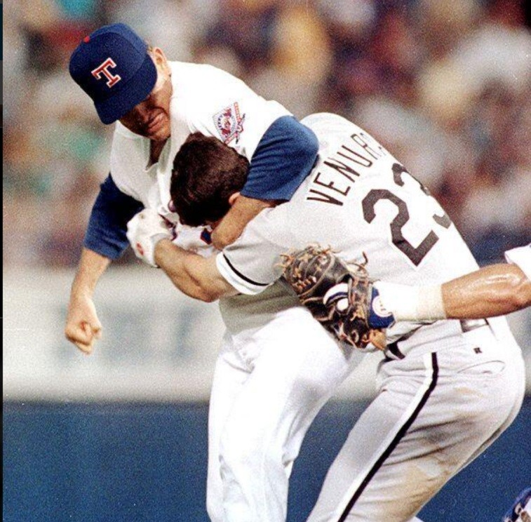 Nolan Ryan puts Robin Ventura in a headlock