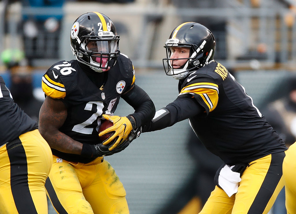 Le'Veon Bell takes a handoff from Ben Roethlisberger in 2017.
