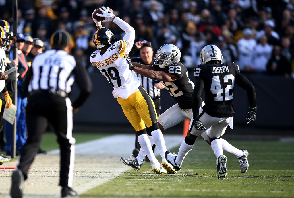 JuJu Smith-Schuster makes a sideline catch against the Oakland Raiders