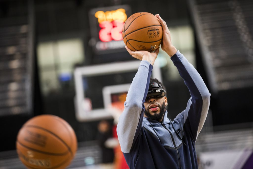 Anthony Davis demos a Verizon 5G virtual reality headset