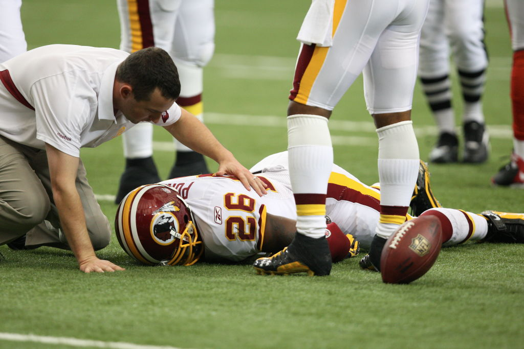 Clinton Portis of the Washington Redskins suffers a concussion