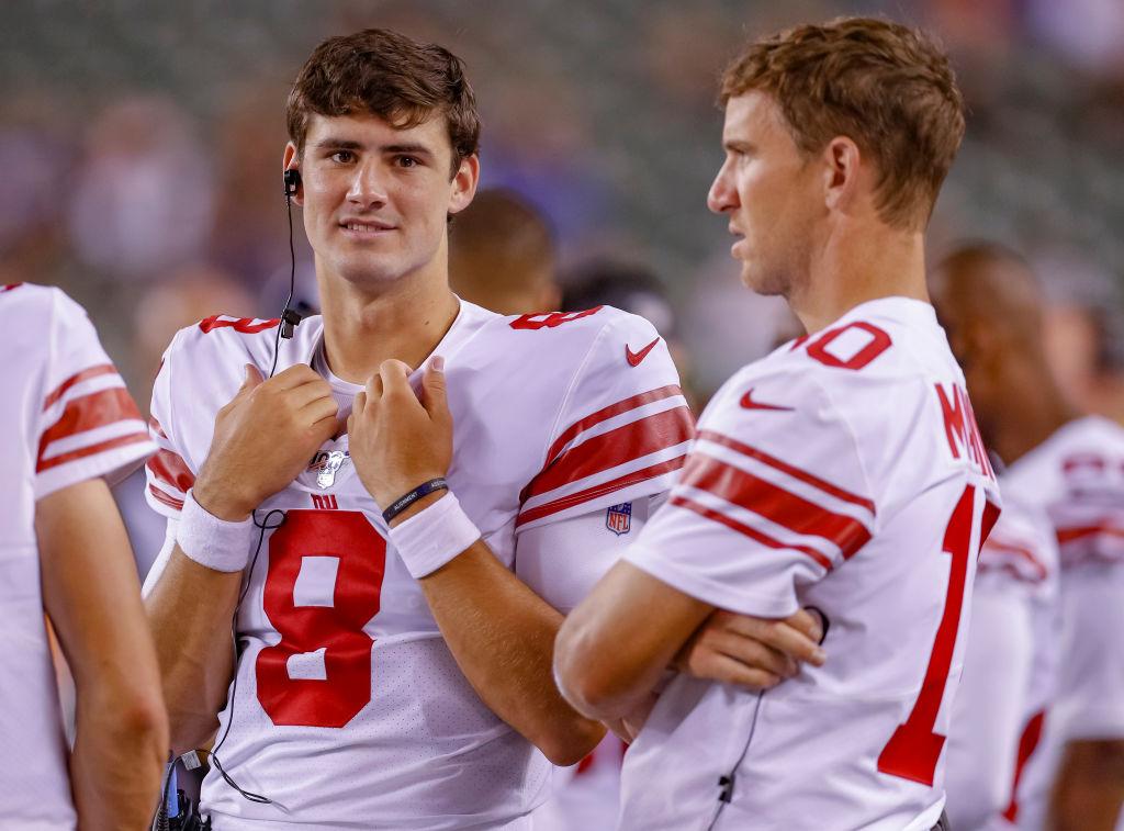 Giants' quarterbacks Eli Manning and Daniel Jones talk on the sideline