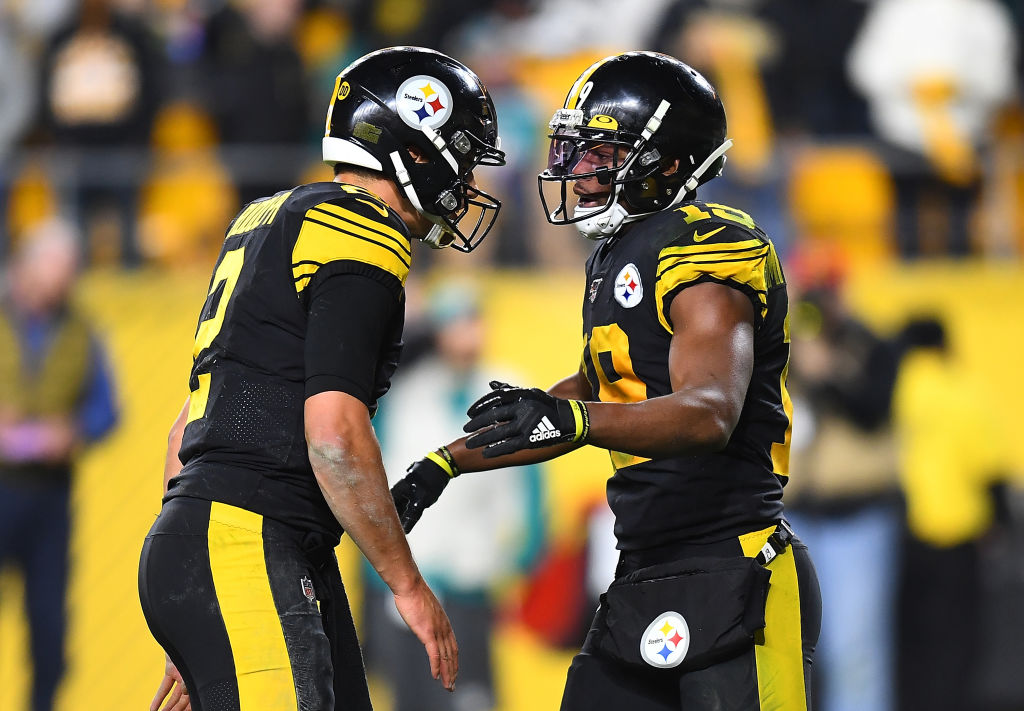 JuJu Smith-Schuster celebrates his touchdown with Mason Rudolph of the Pittsburgh Steelers
